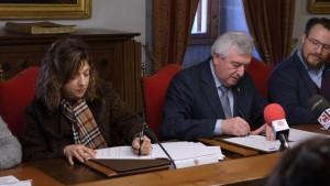 María del Carmen García Cabezudo, decana do CDLG e Juan Viaño, reitor da USC asinan o acordo. Imaxe cedida polo reitorado da USC.